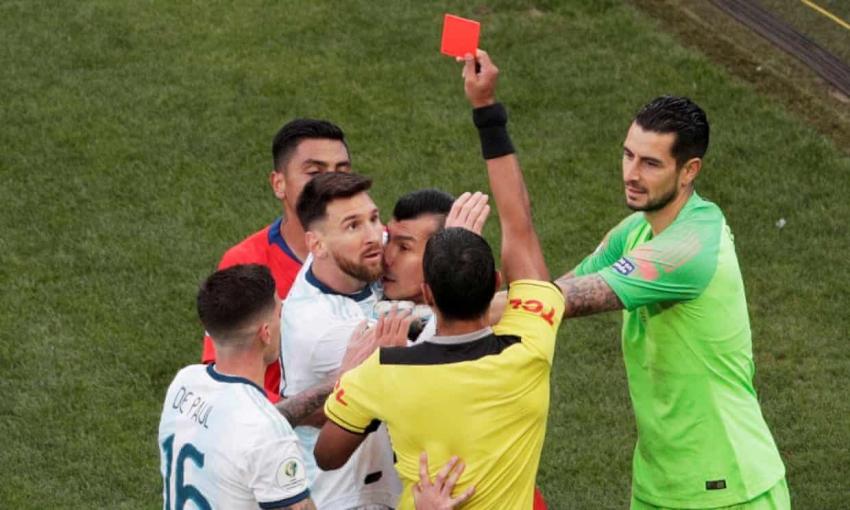 Messi menerima kartu merah kedua dalam karirnya melawan Chili di Copa America 2019