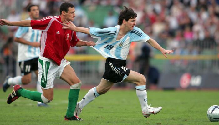 Messi menerima kartu merah pertamanya pada tahun 2005 setelah mengayunkan tangannya ke arah lawan